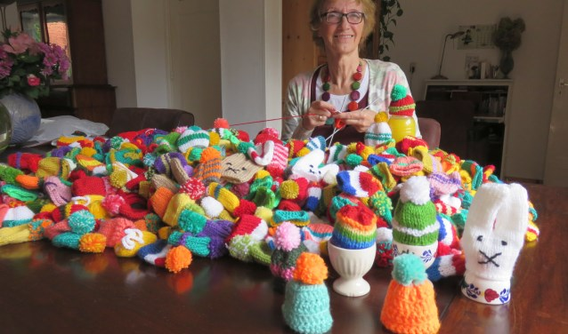 Wil van Dijk heeft binnen een jaar 1000 mutsjes gebreid voor het goede  doel (foto: Doriet Willemen).