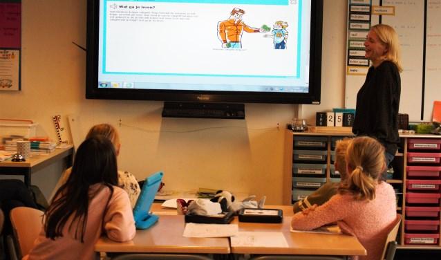 Anouschka van der Doelen van De Wijboom geeft les in het eerste Jeelo-project 'Omgaan met geld'. De basisschool is sinds dit jaar aangesloten bij de Jeelo-community en de eerste Jeelo-school van Den Bosch.