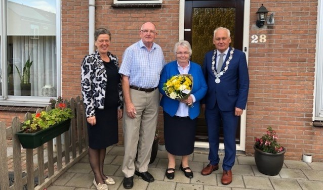 Het echtpaar met de burgemeester en zijn vrouw. (Foto: Privé)