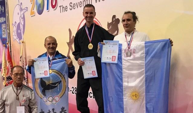 Arnout Ruitenberg met de gouden medaille tussen de Argentijnse sporters die de tweede en derde plaats behaalden.