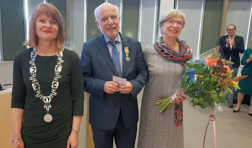 De Losserse burgemeester Cia Kroon met Arend Jan Schoolderman en z'n vrouw Henriëtte.