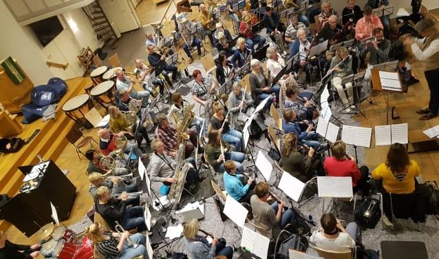 Het harmonieorkest van de KWOV oefent in de nieuwe repetitieruimte, de Zonnebrinkkerk.