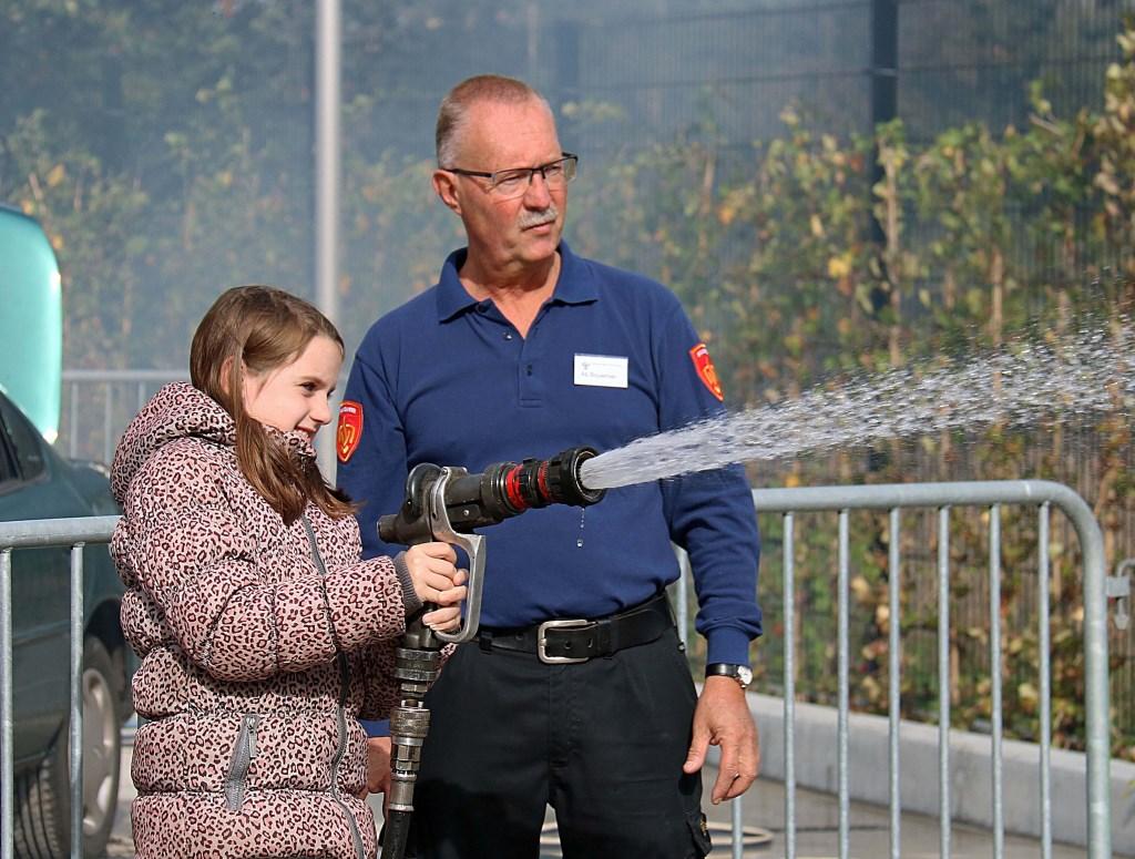 De jeugd stond 22 september graag in de rij voor het zelf blussen van een oplaaiend autobrandje op de parkeerplaats. Foto: Hanny van Eerden © Persgroep