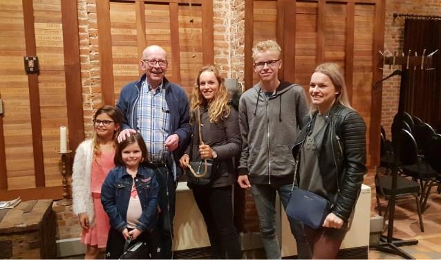 Op de foto opa Hans Baijens samen met zijn trots, de kleinkinderen.