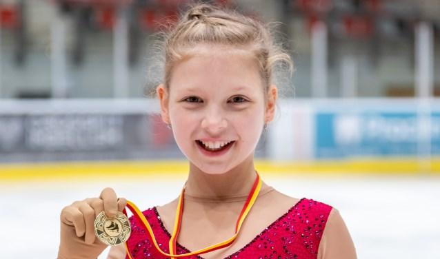 De Haagse kunstrijdster toont trots haar medaille, verworven op het Zuid-Holland kampioenschap in Dordrecht. (Foto: Piet van Es)