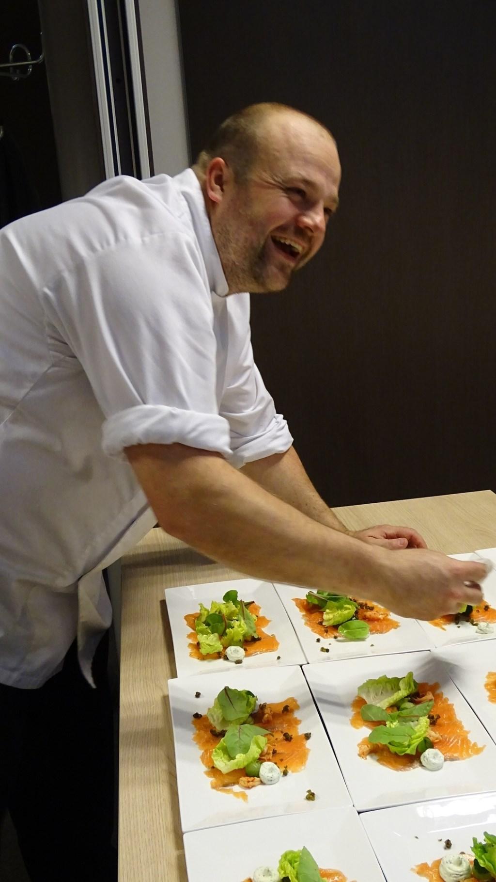 Christian van de Veerdonk bereidt voor 100 personen het diner op de vrijdag Foto: Isabelle Meijer © Persgroep