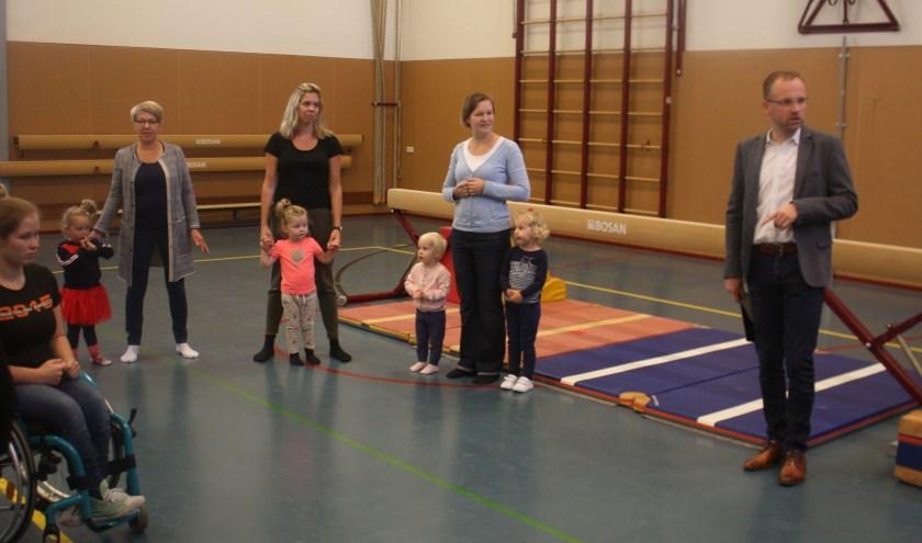 Wethouder Martijn Hospers nam deel aan een kringetje bij de gymles 'Ouder en kind' aan de Spoorstraat.