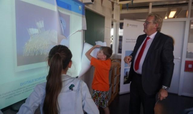 Lucas en Charlotte van RKBS Het Spectrum onthullen de website samen met Jaap Smit (foto: Annemarie de Vries).