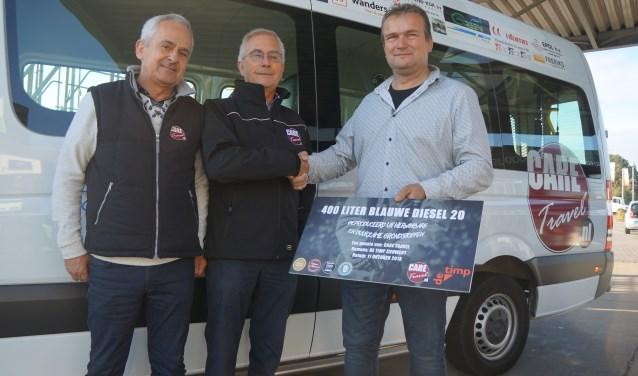 Theo Winters (rechts) van De Timp overhandigt de cheque aan Vincent Nieuwenhuis (midden) en Jos van den Berg (links). Foto: PR