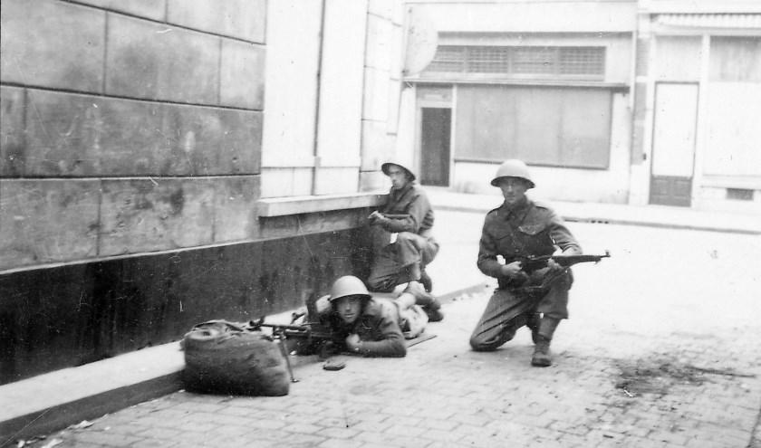 Soldaten van het Welsh Regiment liggen klaar om te vuren op de hoek Clarastraat-Hinthamerstraat, 28 oktober 1944. Foto: J. de Zeeuw