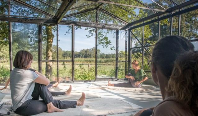 """Het is zo enorm fijn om in de kas de lessen te kunnen geven"""", aldus yoga-docente Merel Boelens."""