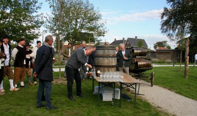 Frans de Groen slaat het eerste vat bier aan.
