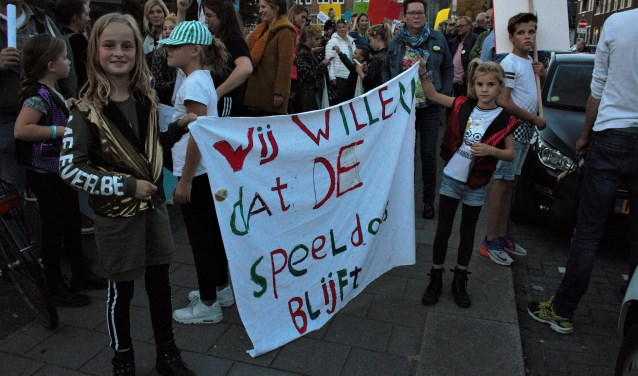 Bijna vijfhonderd vrienden van Theater de Speeldoos protesteerden tegen het gemeentebeleid dat kan leiden tot sluiting van het theater en het bijbehorende StarsOnStage. Tekst en foto: Lisette Broess-Croonen.