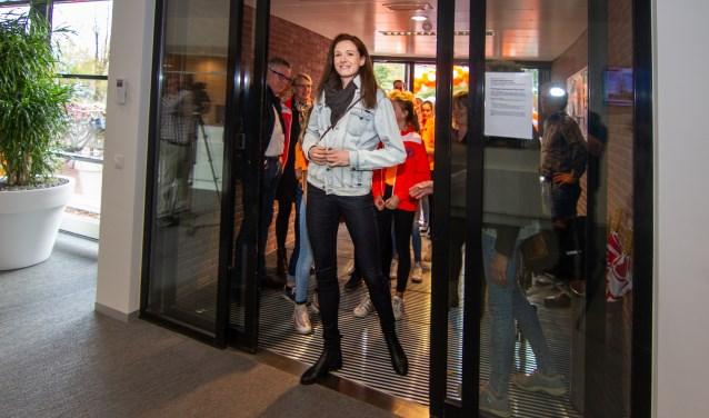 Lonneke Sloetjes krijgt een warm onthaal van haar oude club Longa'59. (Foto: Marcel Houwer)