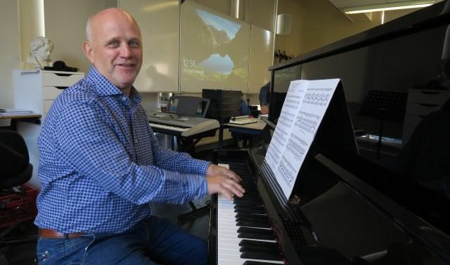 Paul Koolen speelt een laatste muziekstuk op de piano in het muzieklokaal. (Foto: Marian Vreugdenhil)