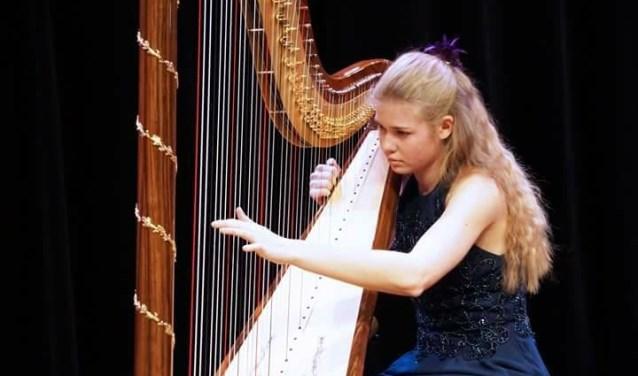 Harpiste Michelle Sweegers is te gast in het Kunstkerkje in Velp. (eigen foto)