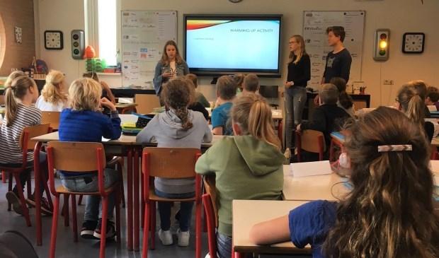 Leerlingen Metameer geven Engelse les aan basisschoolleerlingen.