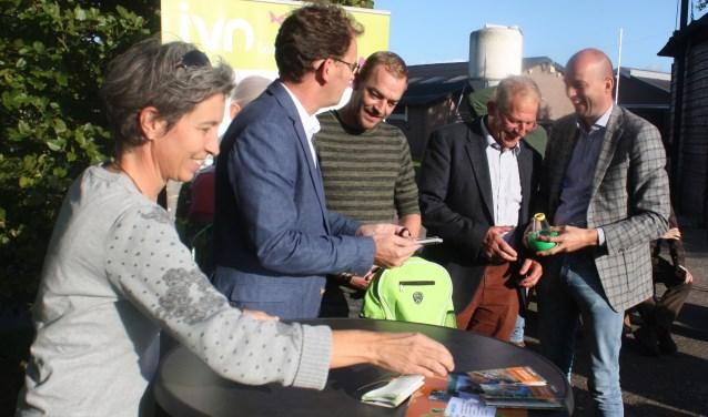 Van links naar rechts Stefanie Janssen, wethouder Wolbert Meijer, Frank en Ton Jalink van de Mussenkamp en wethouder Auke Schippers.