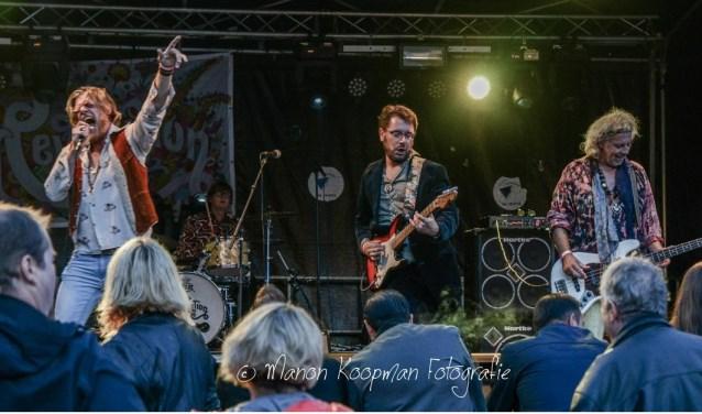 De band Sixties Revolution tijdens een optreden