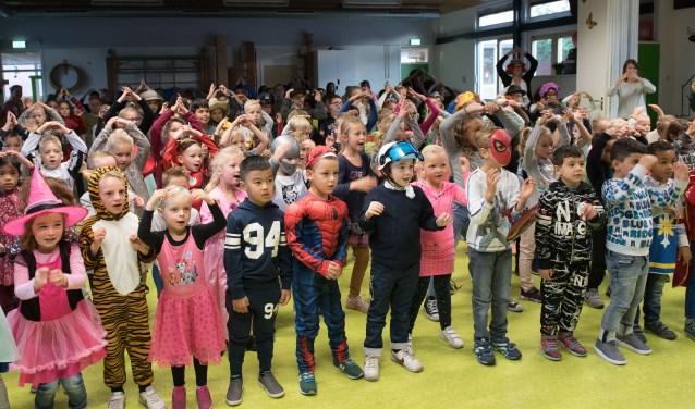 De kinderen dansen het lied Kom erbij!