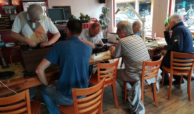 Diverse reparaties tijdens een bijeenkomst van het Repair Café Ede in Meet Inn.