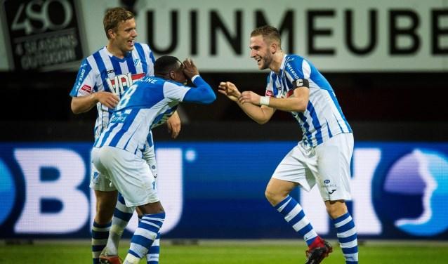 Spelers van FC Eindhoven, met rechts doelpuntenmaker Van den Boomen, vieren de openingstreffer.