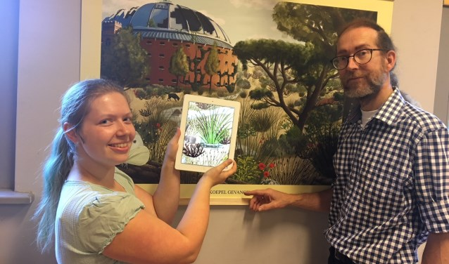 Marjan van der Heijden overhandigt de interactieve schoolplaat aan museumvoorzitter Marcel Deelen.