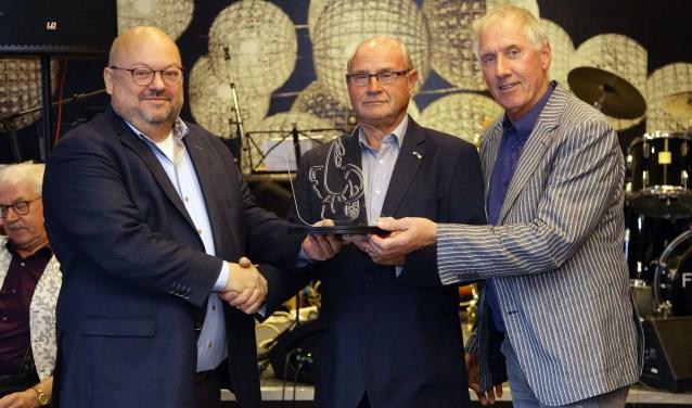 Theo Janssen overhandigt Henk Gertsen de Cultuurprijs.