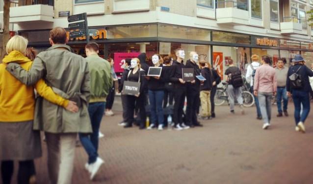 De veganistische demonstranten vanCube of Truth stonden zondag voor het eerst in de binnenstad van Enschede.