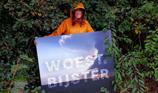 Ellen Bouter op een van de locaties waar straks kunst komt te staan. Ze is goed voorbereid op weer en wind. Een goed advies voor de bezoekers!