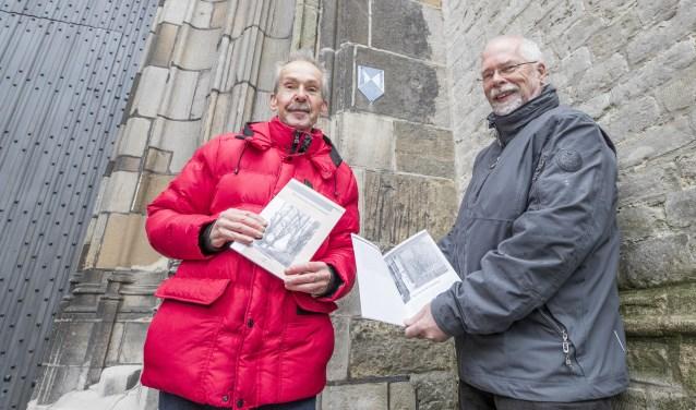"""Allie Barth (rechts) en Albert Kort, voor de Grote Kerk in Goes bij de """"Pestgleuven"""" waar ze ook over schreven. FOTO: Johan van der Heijden"""