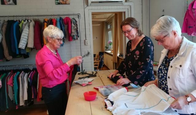 Vrijwilligers van Sant'Egidio hebben de binnengekomen kleding al gesorteerd en gestreken. Nu kan het in de rekken. (foto Anja Straathof)