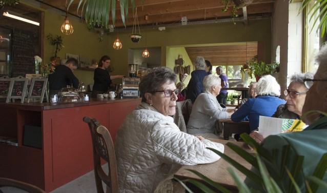 De passagiers van de zonnetrein krijgen in het café van De Warmoes koffie en taart. (foto: Ellen Koelewijn)