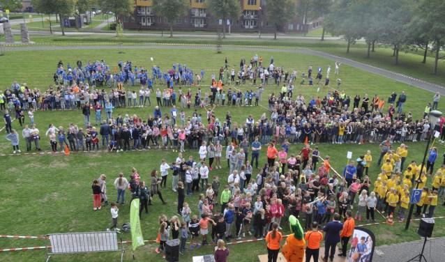 Alle basisscholen in de gemeente Bunnik (700 kinderen bij elkaar) hebben deze mile rondom het gemeentehuis gelopen. FOTO: Agnes Laurens