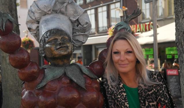 Marieke met Tiels Flipje aan de Groenmarkt, straks op 13 en 14 oktober omringd door een podium, horeca en heel veel Nederlandstalige muziek.