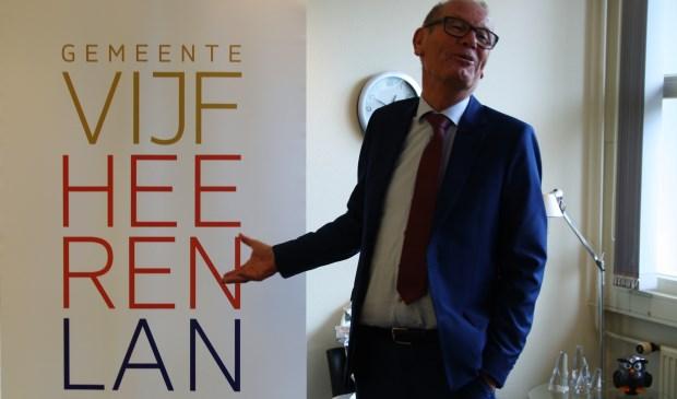 Burgemeester Wim Groeneweg van Vianen presenteert het  logo van de gemeente Vijfheerenlanden. Foto: Jeroen Danz