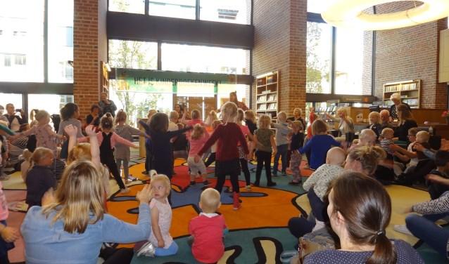 Alle kinderen hielpen enthousiast mee 'Veertje' aan het vliegen te krijgen, tijdens een voorstelling van MINA.
