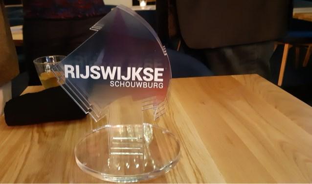 Wethouder Marloes Borsboom ontving van schouwburgdirecteur Marc Schultheis dit beeldje in de vorm van het nieuwe logo