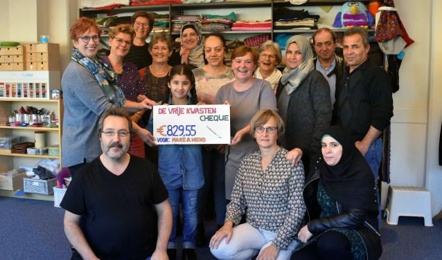 Maandag werd de cheque overhandigd aan Anita van der Vlist, de vrijwilligers en deelnemers van Stichting Make & Mend. (Foto: Hetty Heijne)