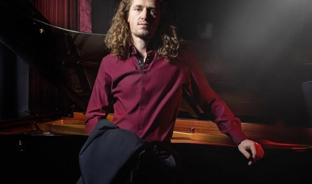 Roon Staal heeft een authentieke en intrigerende performance en weet een steeds breder publiek te bereiken met zijn liederen en liedjes van grote namen en eigen werk.