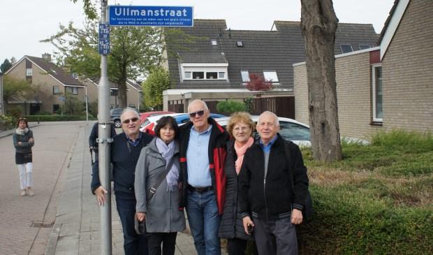 De familie van Ernst Ullmann werd in het Spuidorp rondgeleid door leden van de Historische Vereniging. Yvonne staat 2e van links. (foto: pr Historische Vereniging Oud-Beijerland)