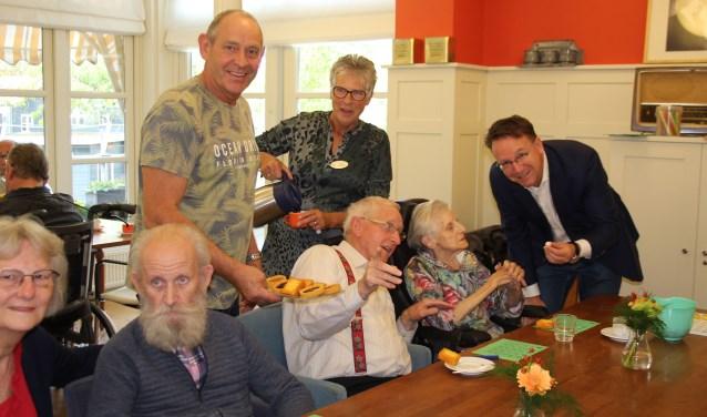 Ook burgemeester Van Domburg doneerde, samen met andere vrijwilligers, tweemaal twee uur van zijn vrije tijd. Foto: Lysette Verwegen)