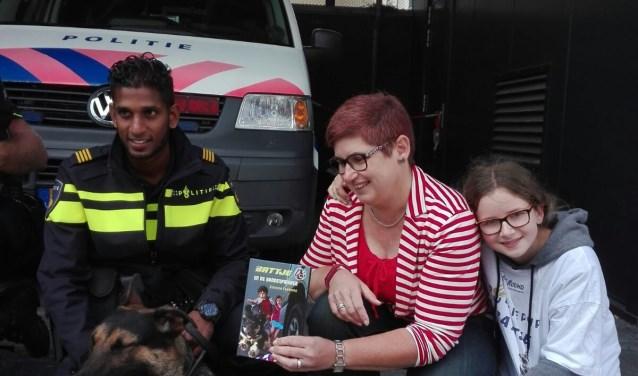 Tijdens de boekpresentatie; V.l.n.r. Battje, zijn baas, Simone Foekens en dochter Mirjam