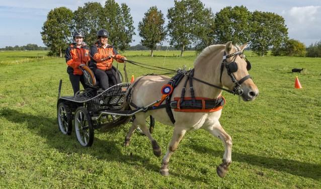Jacky Scheer samen met haar schoondochter Sarah en pony Eva. (Foto: Wijntjesfotografie.nl)