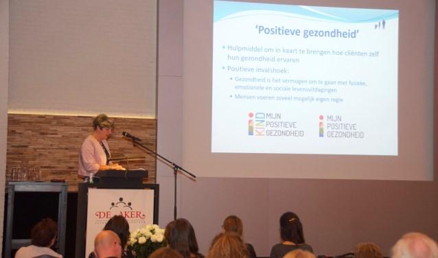Monique van Rooijen informeert de zorgverleners over Positieve Gezondheid