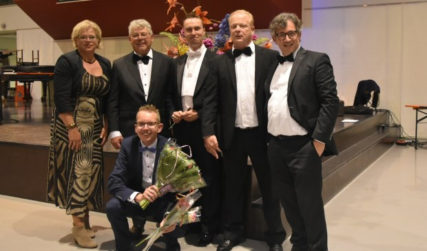 Dirigent Eveleens met de kandidaten.  Op de voorgrond winnaar Aalt Guliker. (Foto: Concordia)