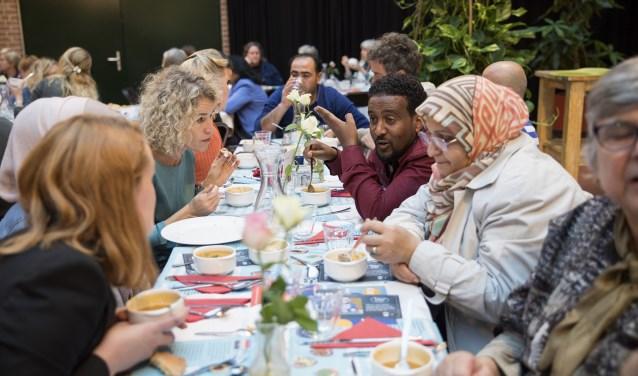 Sociaal buurtrestaurant Resto VanHarte Utrecht en VluchtelingenWerk Nederland houdenop vrijdag 12 oktober een ontmoetingsdiner.