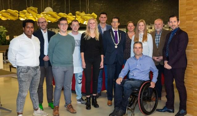 Burgemeester Joost van Oostrum en fractieleden met jongeren die de voorbereidingen hebben gedaan. Foto: Guido Bogert Fotografie.