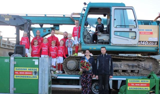 Een deel van de Lochuizer jeugd bedankt de sponsoren van de kleding Inge Baak en Harm Hassink met een bloemetje.Foto: Marcha da Cunha