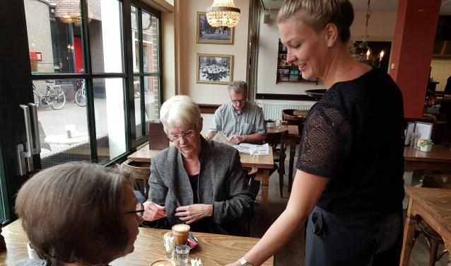 Vaste gasten Danielle en Ans Bruggeman krijgen een heerlijk kopje koffie geserveerd bij 'EMjoy De Gulle Gaper' (foto: José van der Burg)